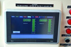 De nouveaux écrans sont apparus en cabine comme cet afficheur de traction électrique. (Photos 20 mai 2021) © Ph.-E. Attal